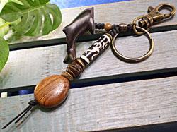ボーンビーズが個性を演出★ウッド(木彫り)キーホルダー イルカ