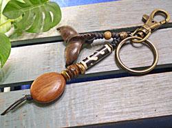 ボーンビーズが個性を演出★ウッド(木彫り)キーホルダー テール